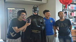 蝙蝠侠化身快递员送货  有里又有面儿