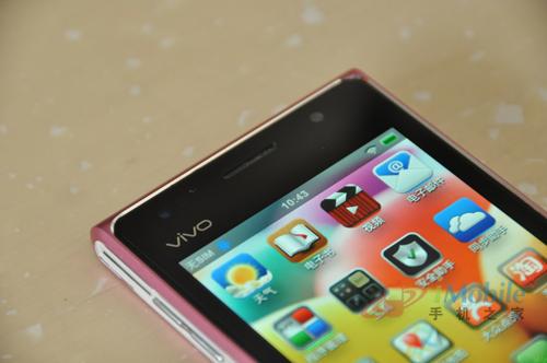 正面顶部,vivo的LOGO被挪到了屏幕左上角的位置.听筒右侧配有一