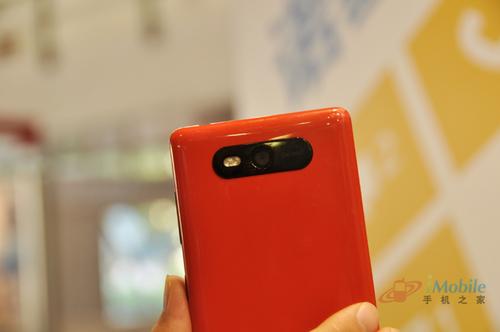 Lumia 820背面