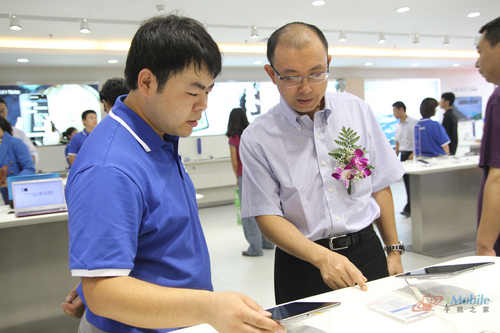 2、迪信通创始人刘东海在迪信通三星体验店视察工作