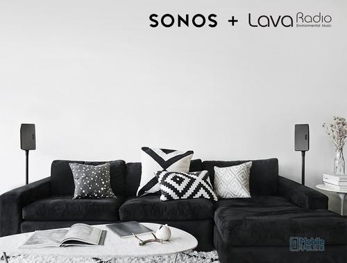 在客厅,通过Sonos智能音响系统聆听LavaRadio的聚会频道,享受亲朋欢聚一堂的快乐气氛