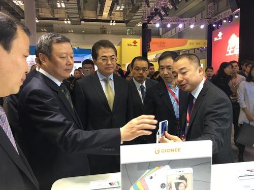 金立副总裁潘庆伟先生向中国联通董事长王晓初先生介绍金立产品