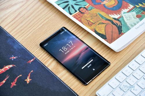 无边框设计,使得屏幕设计和工艺已经达到了近年来诺基亚手机的顶尖