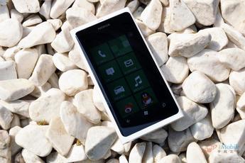采用直板触控风格 诺基亚Lumia800惊艳
