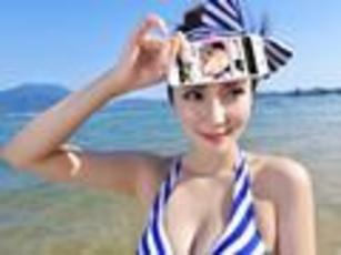 美人心机 比基尼女神海边沙滩秀手机