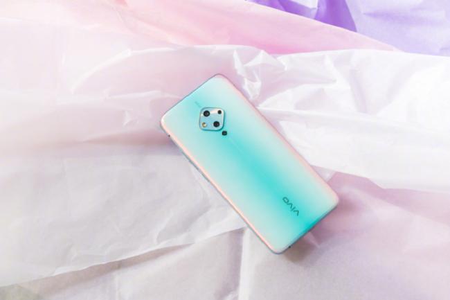手机靓号购买蔡徐坤划拉手机屏幕上热搜 手中的vivo S5亮眼