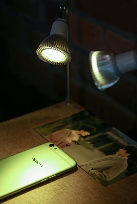 图1:R9s清新绿限量版手机亮相