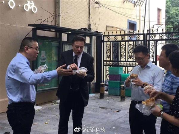 特斯拉CEO马斯克来中国接地气:街头吃煎饼果子