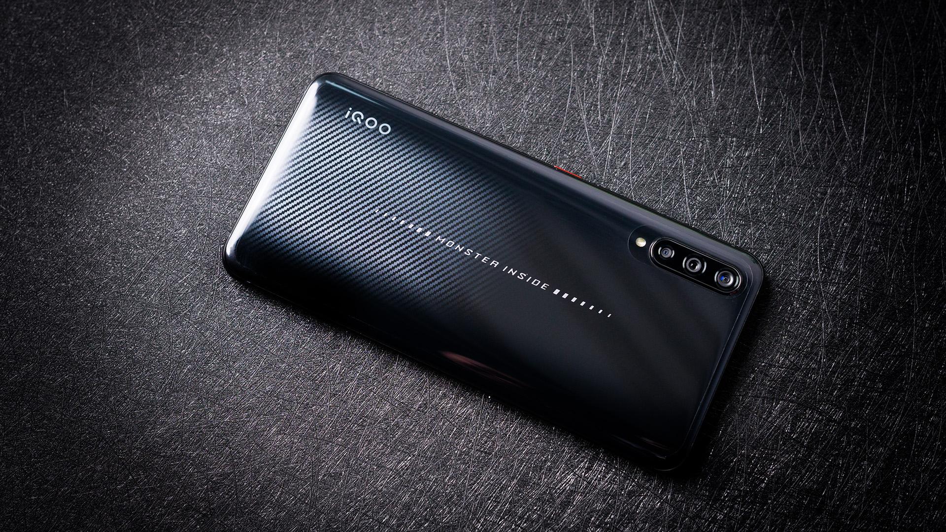 碳纤维下的速度与激情:iQOO 武士黑图赏